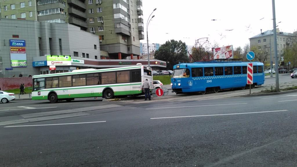 Мосгортранс устроил на Щукинской аварию в которой участвовали транспортные средства, которые принадлежат исключительно мосгортрансу правительства Москвы.