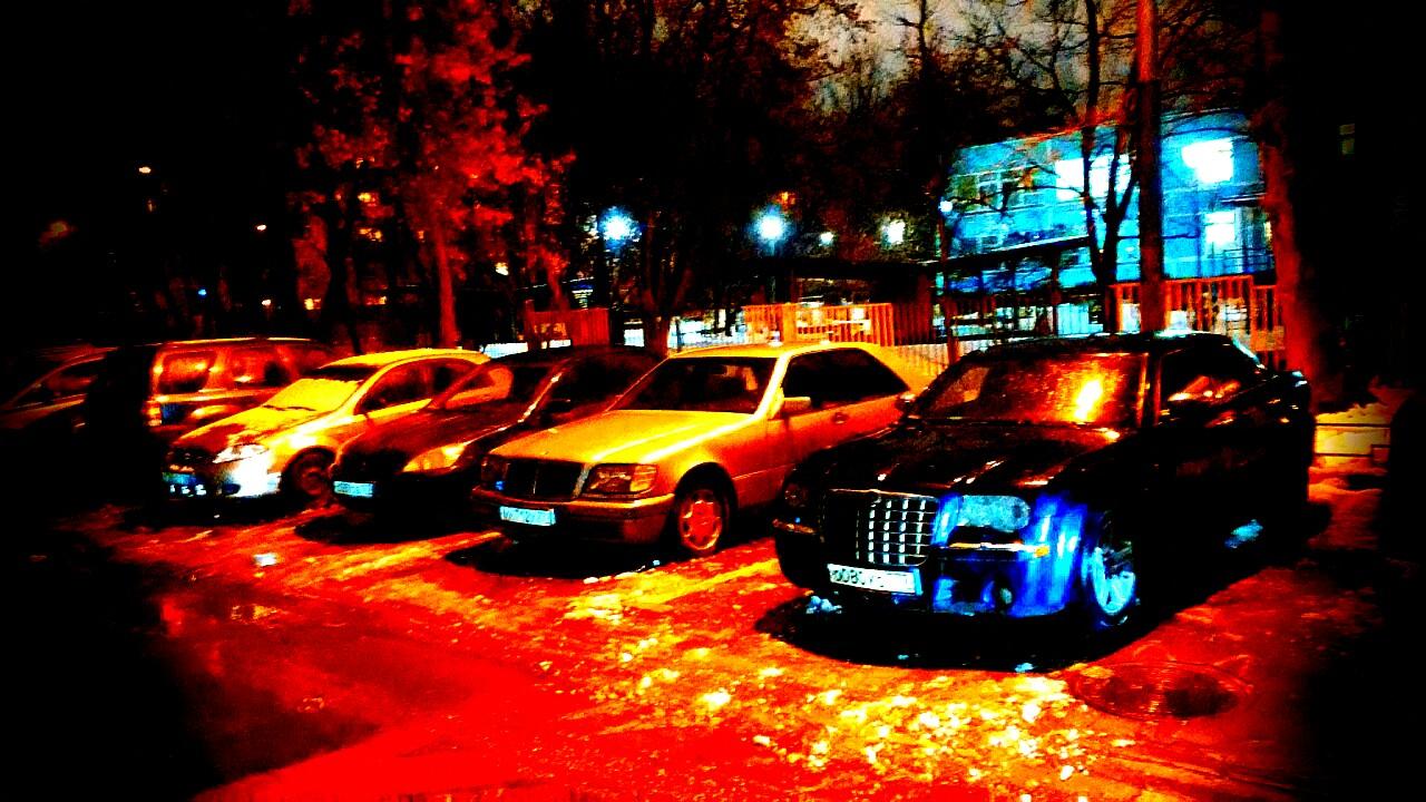 Парковка во дворе города Москва. Изображение для публикации о проекте юридических норм, предусматривающих возможность организации платных парковок во дворах жилых домов.