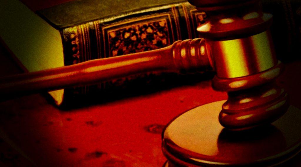 Изображение традиционных юридических атрибутов, для публикации о способах обмана потребителей со стороны юристов, занимающихся частной практикой и юридических компаний.