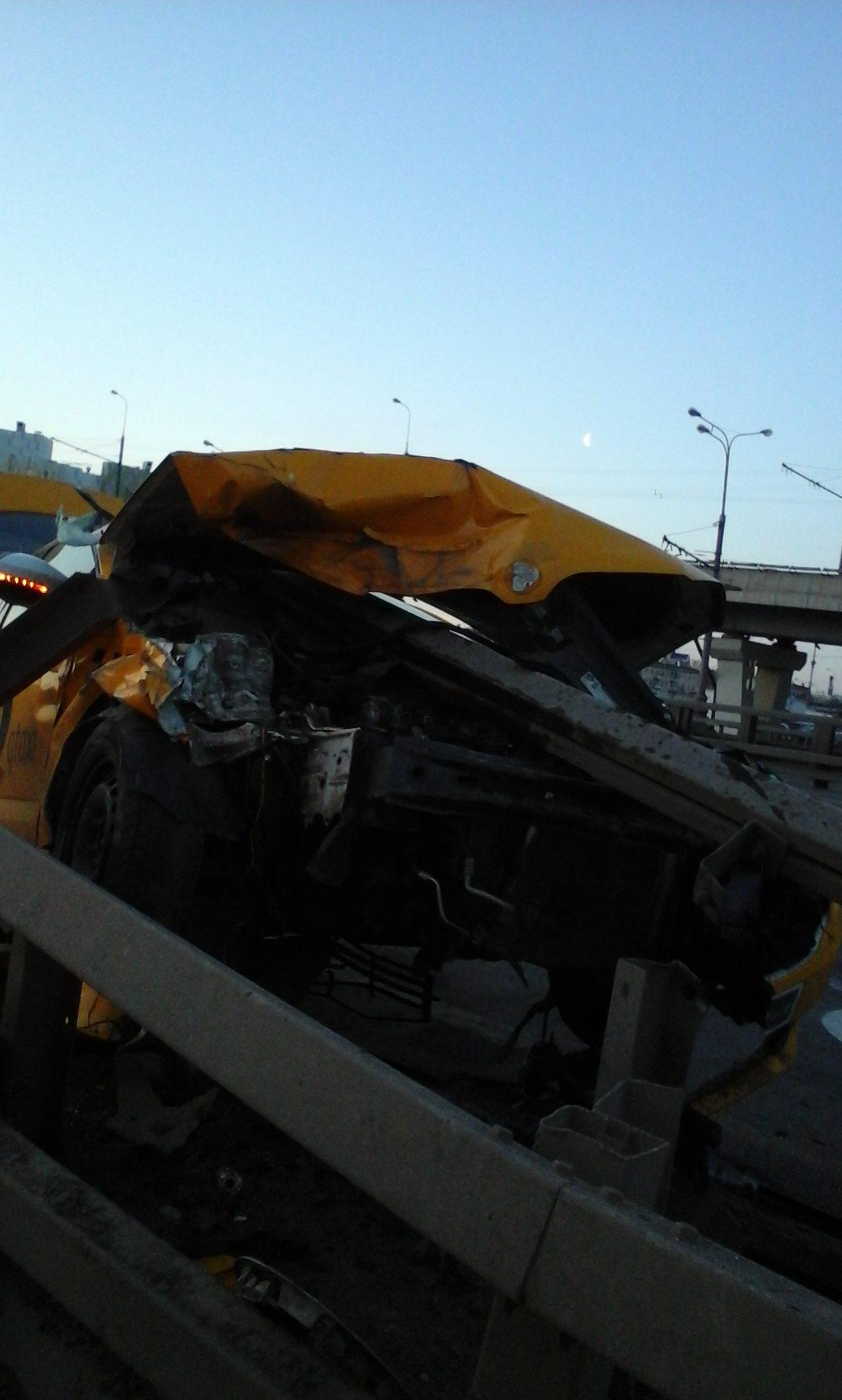 Авария желтого такси, водитель которого, вероятно заснул за рулем, в связи с беспощадным графиком работы.