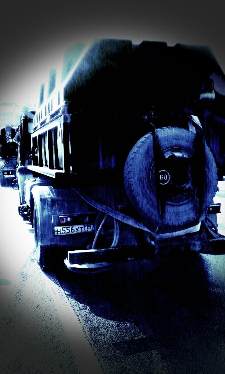 Автомобили коммунальной службы ГБУ АВТОДОР СЗАО буквально расстреливают прохожих твердыми противогололедными реагентами