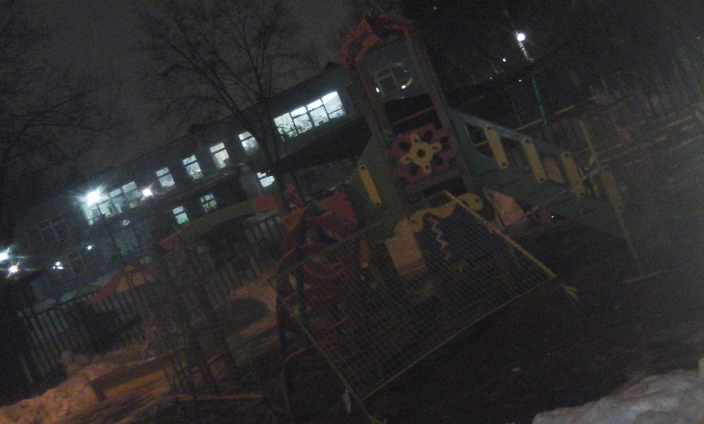 Детская площадка. Москва ул Менжинского 21. Нарушения со стороны должностных лиц правительства Москвы породили такое состояние, продолжающееся более полугода.