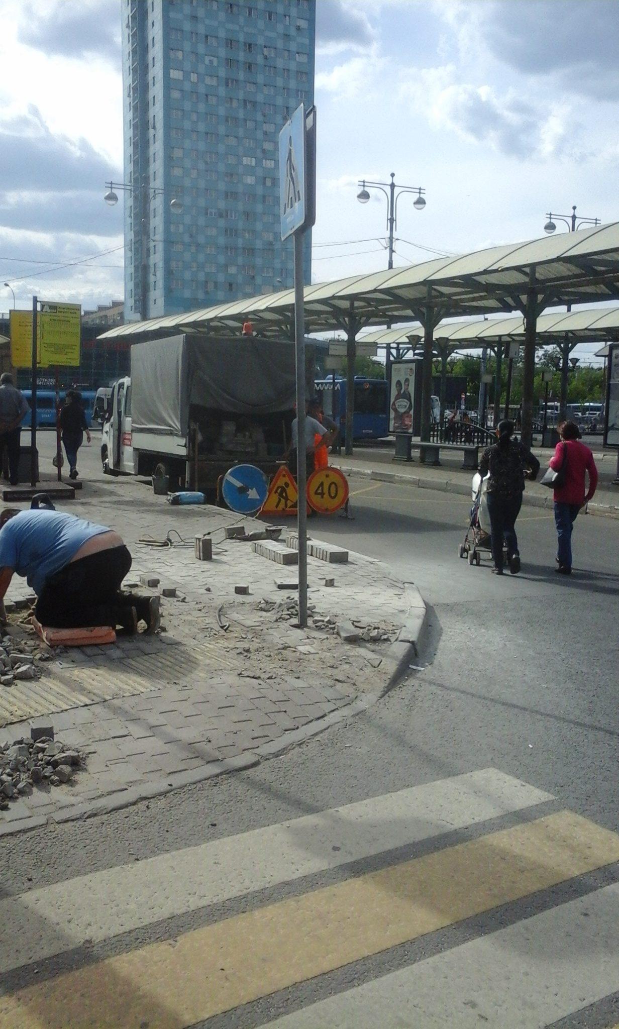 ГБУ АВТОДОР СЗАО подвергает опасности прохожих, которые проходят рядом с зоной ремонта тротуара